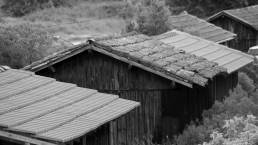 photographie d'art monochrome cabane